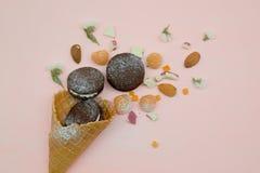 biscotto del cioccolato in cono gelato con la polvere bianca dello zucchero e della crema Fotografia Stock Libera da Diritti