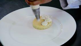 Biscotto del dessert della decorazione e della preparazione stock footage