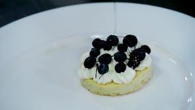 Biscotto del dessert della decorazione e della preparazione, crema e bacche video d archivio