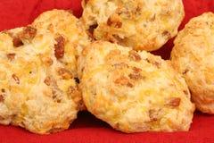 Biscotto del formaggio della salsiccia nel upclose del cestino fotografia stock libera da diritti