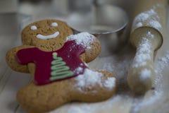 Biscotto del pan di zenzero con farina e un matterello Fotografia Stock