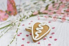 Biscotto del pan di zenzero del biglietto di S. Valentino di figura del cuore Immagini Stock Libere da Diritti