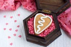 Biscotto del pan di zenzero del biglietto di S. Valentino di figura del cuore Immagine Stock Libera da Diritti
