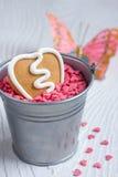 Biscotto del pan di zenzero del biglietto di S. Valentino di figura del cuore Fotografie Stock