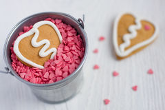 Biscotto del pan di zenzero del biglietto di S. Valentino di figura del cuore Immagine Stock