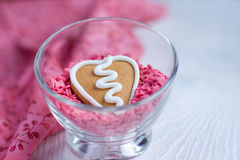 Biscotto del pan di zenzero del biglietto di S. Valentino di figura del cuore Immagini Stock