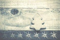 Biscotto dell'albero di Natale su fondo di legno Albero di Natale Orn Fotografia Stock Libera da Diritti