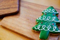 Biscotto dell'albero di Natale sul piatto di legno Immagine Stock Libera da Diritti