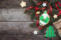 Biscotto delle pecore del nuovo anno 2015 e pasticceria verdi di festa su legno Immagine Stock