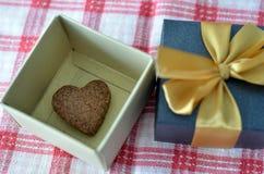 Biscotto di figura del cuore in contenitore di regalo Fotografia Stock