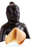 Biscotto di fortuna e testa di Buddha, primo piano Immagini Stock
