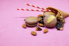 Biscotto di Macaron con cioccolato, la mandorla e l'agrume Immagine Stock
