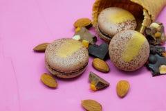 Biscotto di Macaron con cioccolato, la mandorla e l'agrume sul cono gelato Immagine Stock Libera da Diritti