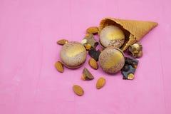 Biscotto di Macaron con cioccolato, la mandorla e l'agrume sul cono gelato Fotografia Stock Libera da Diritti