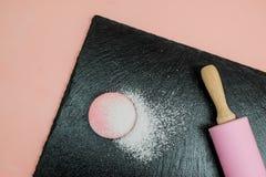 Biscotto di Macaron con l'inceppamento di lampone Fotografia Stock Libera da Diritti
