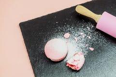 Biscotto di Macaron con l'inceppamento di lampone Immagine Stock Libera da Diritti