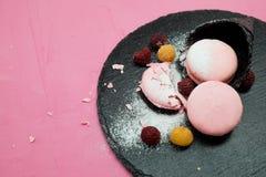 Biscotto di Macaron con l'inceppamento di lampone sul cono gelato Fotografie Stock