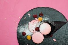 Biscotto di Macaron con l'inceppamento di lampone sul cono gelato Immagini Stock