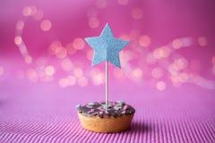 Biscotto di Natale con il cappello a cilindro di deco su fondo rosa Fotografie Stock Libere da Diritti