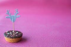 Biscotto di Natale con il cappello a cilindro decorativo su fondo rosa Fotografia Stock