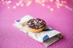 Biscotto di Natale su fondo rosa Fotografia Stock Libera da Diritti