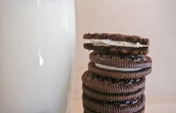 Biscotto di Oreo con un bicchiere di latte fotografia stock libera da diritti