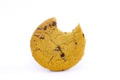 Biscotto di pepita di cioccolato con il morso catturato Fotografia Stock