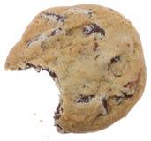 Biscotto di pepita di cioccolato con un morso mancante fotografia stock