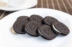 Biscotto e crema del cioccolato Sul piatto bianco Fotografie Stock