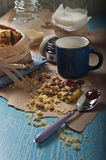 Biscotto e cucchiaio rotti dell'arachide Fotografia Stock Libera da Diritti
