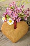 Biscotto e fiori del cuore Fotografie Stock
