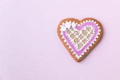 Biscotto a forma di cotto in casa e decorato del cuore Immagini Stock Libere da Diritti