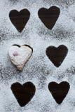 Biscotto a forma di cuore coperto di glassa Immagini Stock