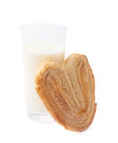 Biscotto a forma di del cuore e del bicchiere di latte Immagini Stock
