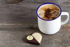 Biscotto a forma di del cuore e una tazza di caffè Fotografie Stock Libere da Diritti