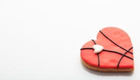 Biscotto a forma di del cuore su fondo bianco Fotografia Stock