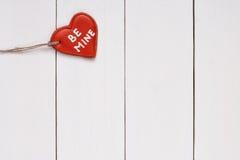 Biscotto nella forma di cuore con parole il 14 febbraio Immagini Stock Libere da Diritti