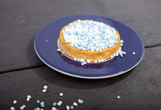 Biscotto olandese tradizionale di celebrazione di nascita con i muisjes blu Fotografie Stock Libere da Diritti