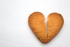 Biscotto sotto forma di cuori rotti - simbolo di amore fotografia stock