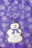 Biscotto viola del pupazzo di neve Fotografie Stock