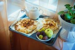 Biscuit avec des pommes et des prunes Photos libres de droits