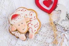 Biscuit blanc et rouge de pain d'épice de moutons Photographie stock