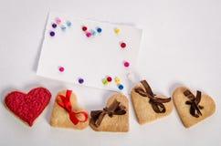 Biscuit-coeurs, carte vide et boutons de colorfull Photographie stock libre de droits