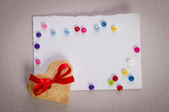 Biscuit-coeurs, carte vide et boutons de colorfull Images stock