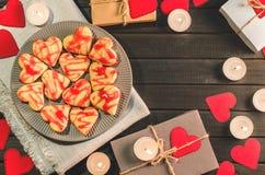 Biscuit-coeurs, coeurs de papier, bougies, boîtes avec des présents Images libres de droits
