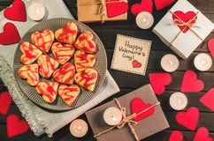 Biscuit-coeurs, coeurs de papier, bougies, boîtes avec des présents Image stock