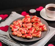 Biscuit-coeurs, coeurs de papier, bougies, boîtes avec des présents et une tasse de café noir Image libre de droits