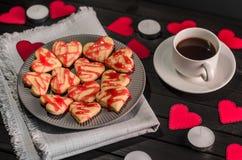 biscuit-coeurs, coeurs de papier, bougies, boîtes avec des présents et une tasse de café noir, Photographie stock libre de droits