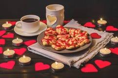 Biscuit-coeurs, coeurs de papier, bougies, boîtes avec des présents et une tasse de café noir Photo libre de droits