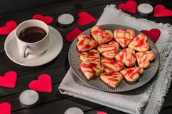 Biscuit-coeurs, coeurs de papier, bougies, boîtes avec des présents et une tasse de café noir Images libres de droits